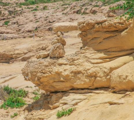 Här har någon byggt en miniatyr i sten av hur Azure windov såg ut innan den helt kollapsade tidigare i år.