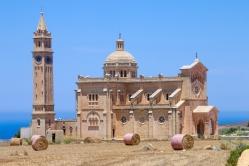 Att komma till Gozo är verkligen som att komma ut på landsbygden. En kyrka finns i varje liten by och höbalar syntes både här och där.