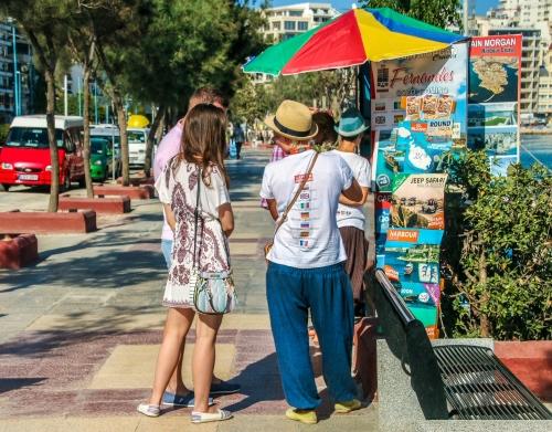 Turister och försäljare på The Strand i Sliema.