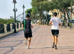 Motionärer som springer mitt på dagen trots över 30 grader!