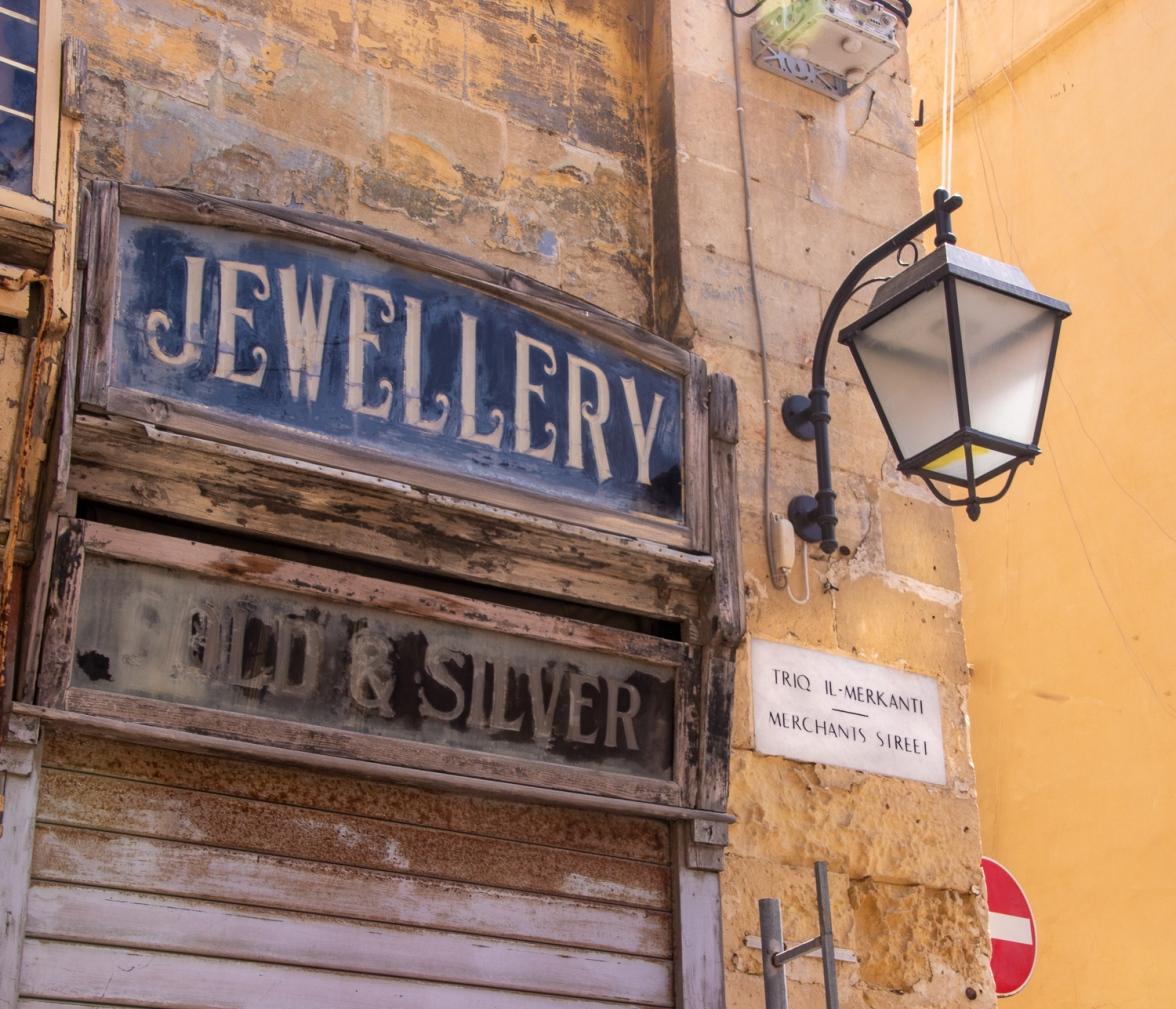 En gammal skylt från en nedlagd butik i Valletta, Malta.